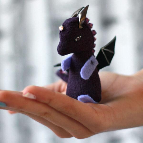 Bébé dragon violet